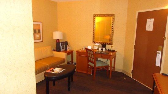 The St. Gregory Hotel: Sala anexa ao quarto