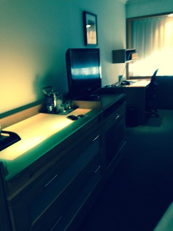 Sheraton Montreal Airport Hotel : Dresser, TV and Desk