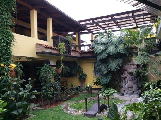 Hotel Las Camelias Inn: vue sur la magnifique terrasse et jardin interieur.