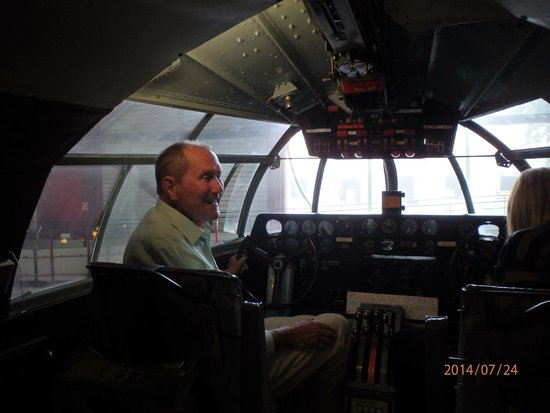 Solent Sky Museum: Les  back in his rightful place with Clare