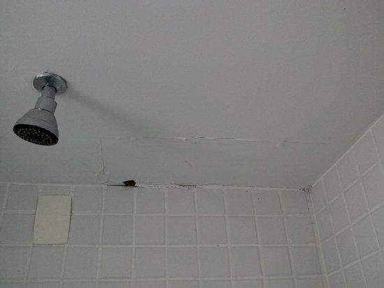 """Victory Suites : """"Buraco"""" no teto do box: falta manutenção."""