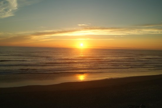 Pelican Shores Inn: Sunset view from bedroom window
