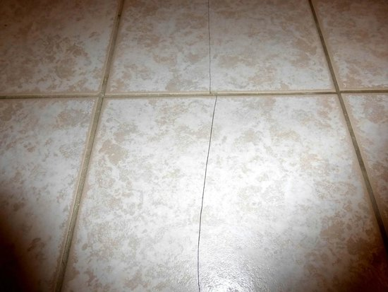 Comfort Suites: Cracked Tile