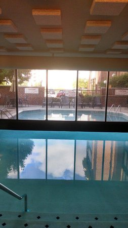 Drury Inn & Suites Columbus Dublin : Indoor and outdoor pool.  You swim under the wall to get back and forth.