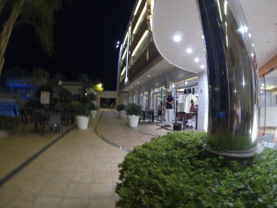 Sumus Hotel Monteplaya: Вход в гостиницу и ресторан