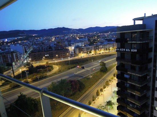 Rafaelhoteles Badalona: Вид из номера на трассу и город