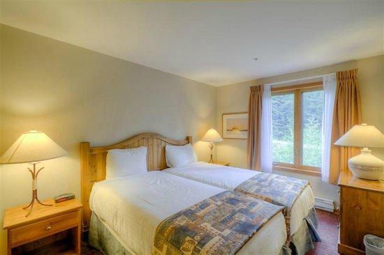 Nancy Greene's Cahilty Hotel & Suites: Two Bedroom bedroom