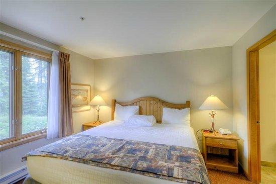 Nancy Greene's Cahilty Hotel & Suites: One Bedroom Suite's Bedroom