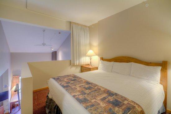 Nancy Greene's Cahilty Hotel & Suites: Two Bedroom Loft Bedroom