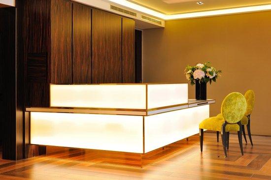 Hotel Baume: reception desk
