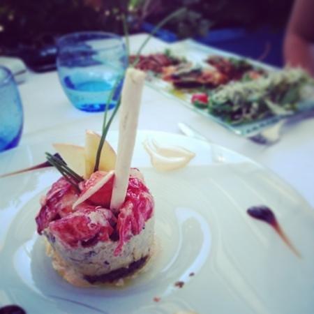 Le Clipper : feuilleté de homard aux truffes blanches sur carpaccio de coeur d'abricot