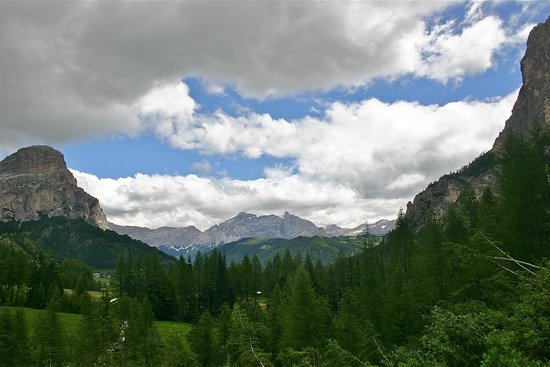 Sporthotel Panorama: Another hiking looking at Domolite mountains