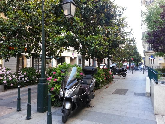 Neuilly Park: The street of the hotel
