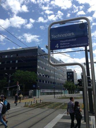ibis budget Zurich City West: Estação Technopark com o hotel ao fundo