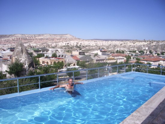 Doors Of Cappadocia Hotel : Stunning views from pool area. Especially the early morning view of hot air balloons.