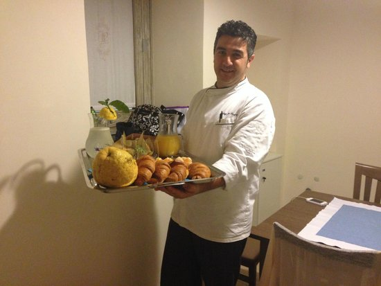 Il Palmento Relais: Luigi presented us with breakfast for our early morning pick up