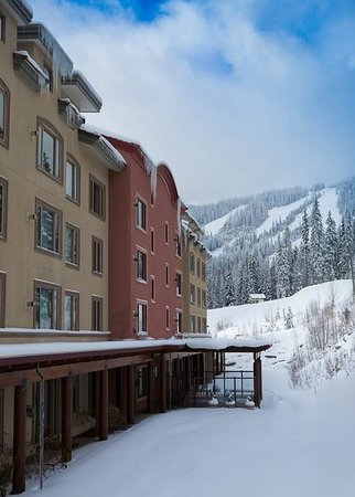 Nancy Greene's Cahilty Hotel & Suites: View from hotel - ski in ski out