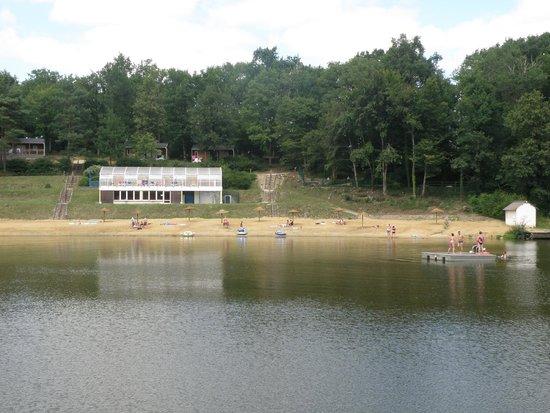 Campsites Le Parc de Fierbois: aan de andere kant van het meer ,kijk je naar het binnenzwembad
