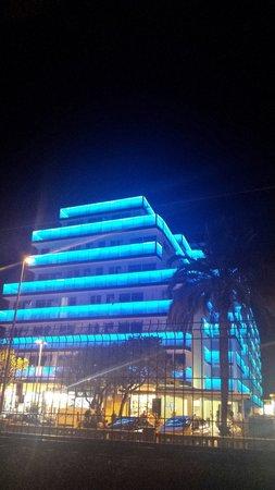Hotel Europa Splash: Fachada del hotel q va cambiando de color