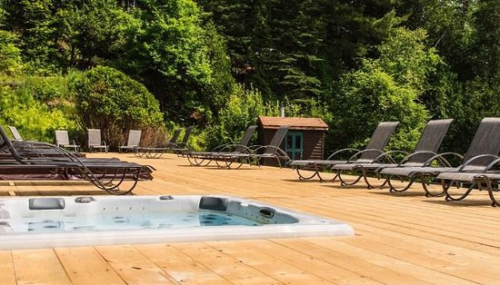 Manoir Alpine: terrasse avec spa