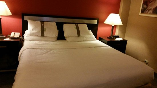 Holiday Inn LaGuardia Airport: ♡King Bed. So Comfortable♡