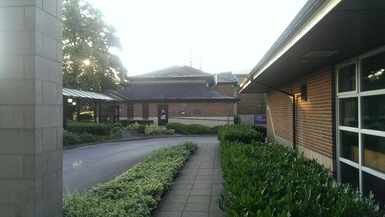 Premier Inn Bracknell Central Hotel: Front entrance as seen from the Brewers Fayre