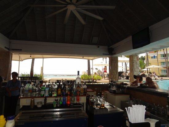 Curacao Marriott Beach Resort & Emerald Casino: Pool restaurant/bar