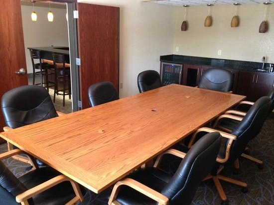 Baymont Inn & Suites Owatonna: Sullivan Study Lounge & Patio