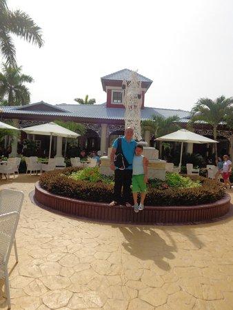 Grand Bahia Principe Turquesa: cerca de la piscina un monumento al caballo