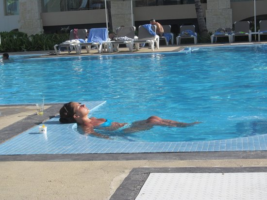 Hard Rock Hotel & Casino Punta Cana: Jacuzzi en la piscina