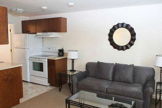 Beverly Garden Suites: Full Suite Living Area