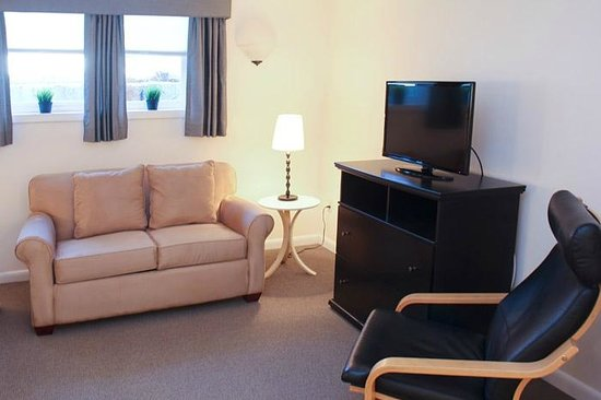 Beverly Garden Suites: Garden Level Living Area