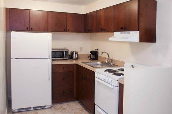 Beverly Garden Suites: Graden Level Kitchen