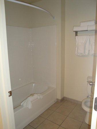Cody Legacy Inn: Douche et toilettes