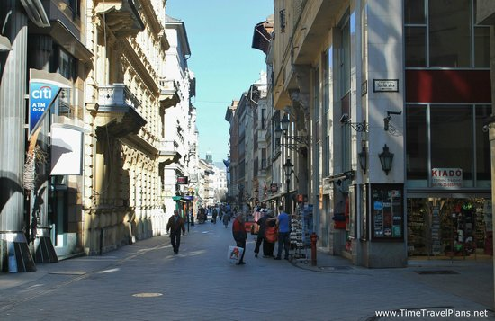 Estilo Fashion Hotel: Vaci utca - the street the hotel is on