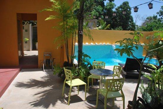 Casa de Amistad: patio, piscina y acceso a la room 9