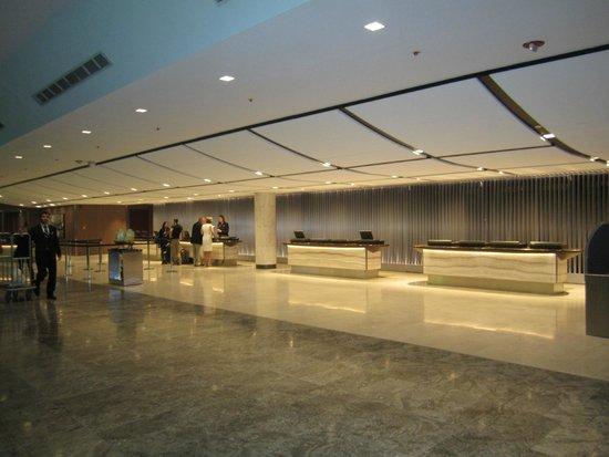 Hyatt Regency Chicago: Check In/ Lobby