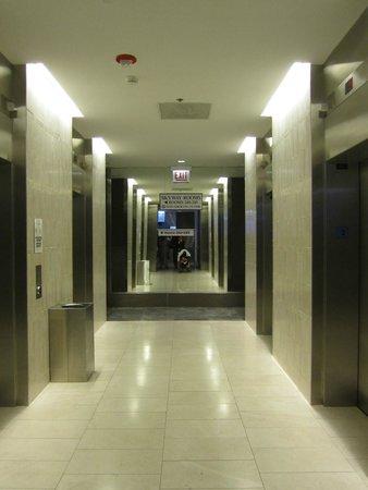 Hyatt Regency Chicago: Elevators