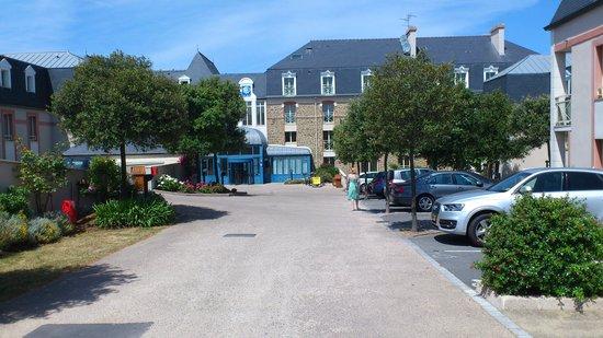 Residence Reine Marine : Hoofdgebouw met parking