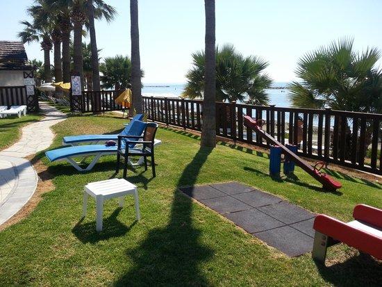 Palm Beach Hotel & Bungalows: детская площадка