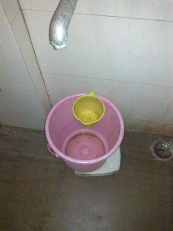 Hotel Kirandeep: Filthy bucket