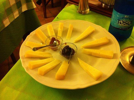 Hotel L'Abbeveratoio: Antipasto di formaggi con marmellate di peperoni e cipolle