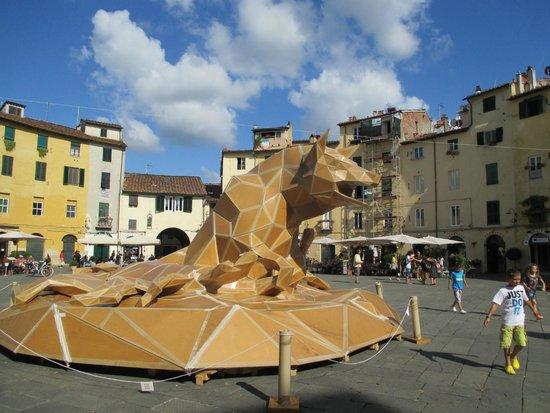 """Piazza Anfiteatro : piazza dell'anfiteatro con """"scultura"""" in cartone"""