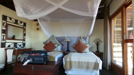 Muchenje Safari Lodge: our room with very comfortable beds
