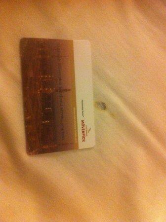 Madinah Movenpick Hotel: اثر الحروق على مفرش السرير