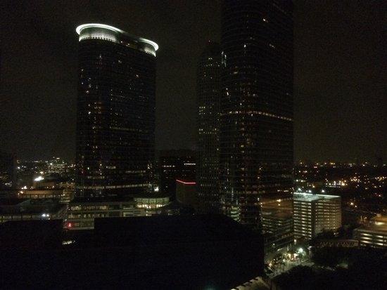 Hyatt Regency Houston: Night view from pool