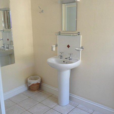 The Riverside : Large bathroom