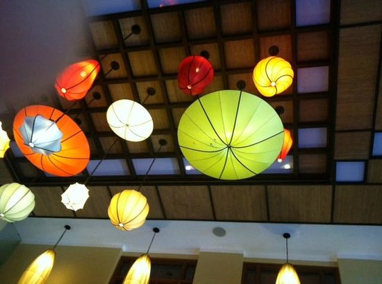 La Siesta Hoi An Resort & Spa: Colorful lanterns in the lobby reflecting the local motif