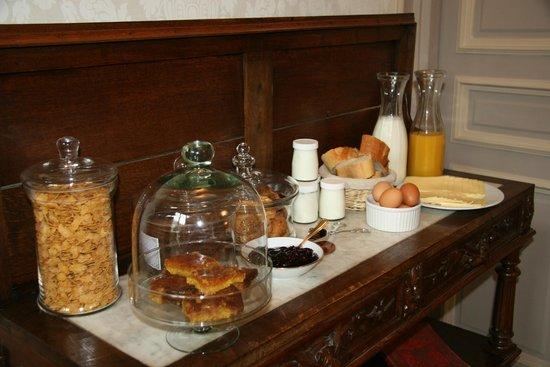 La Demeure Des Sacres: Buffet petit déjeuner