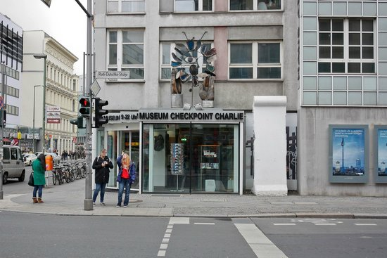 Mauermuseum - Museum Haus am Checkpoint Charlie: Checkpoint Charlie Museum